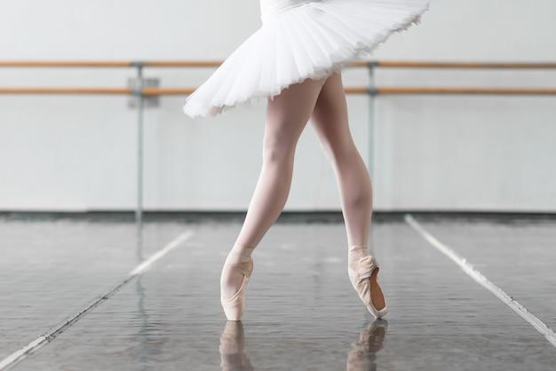 Vrouwelijke balletdanser houdt het rek Premium Foto
