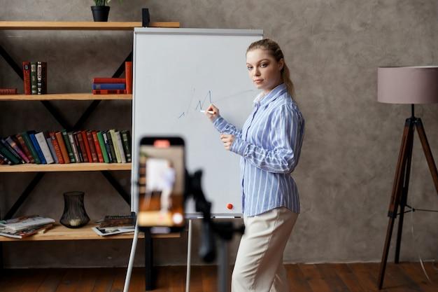 Vrouwelijke bedrijfscoach, webinar bij tutor, online training. online mentor geeft een videolessen. hoge kwaliteit foto Premium Foto