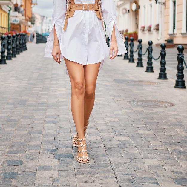 Vrouwelijke benen die op de straat lopen Premium Foto