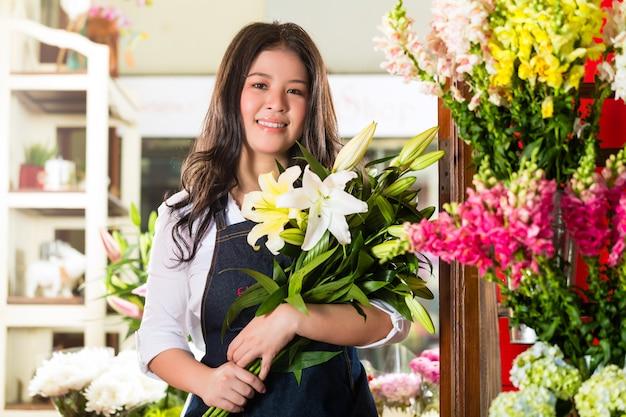 Vrouwelijke bloemist die een boeket houdt Premium Foto