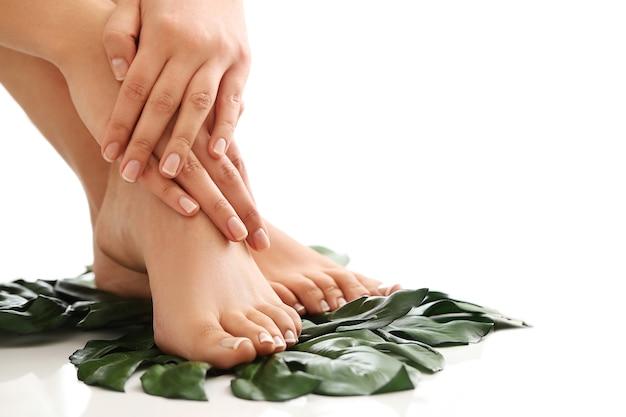 Vrouwelijke blote voeten en handen. manicure en pedicure concept Gratis Foto