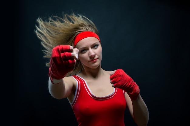 Vrouwelijke bokser in rode boksbandages en sportkleding Premium Foto