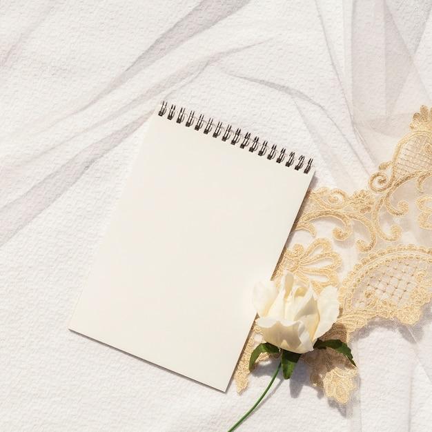 Vrouwelijke bruiloft arrangement met lege kladblok close-up Gratis Foto