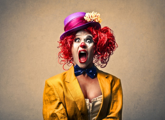 Vrouwelijke clown schreeuwen Premium Foto