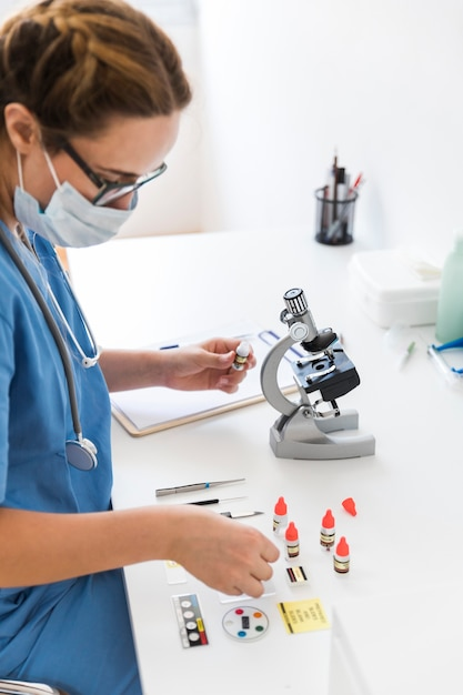 Vrouwelijke dierenarts die experiment op laboratorium uitvoert Gratis Foto