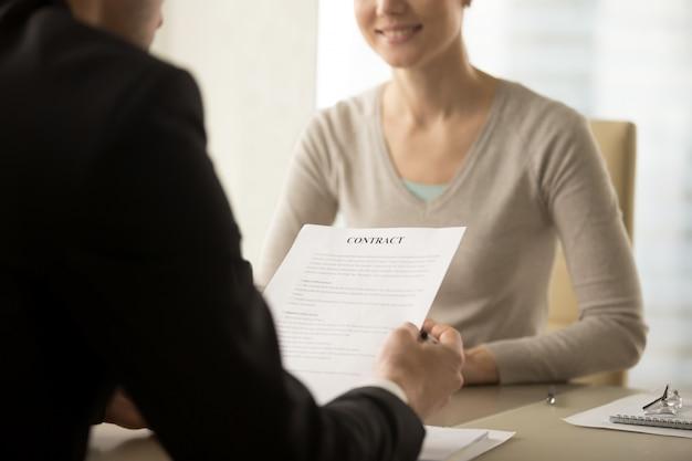 Vrouwelijke en mannelijke bedrijfsleiders die contract bestuderen Gratis Foto