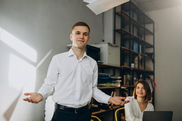 Vrouwelijke en mannelijke collega's die in bureau werken Gratis Foto