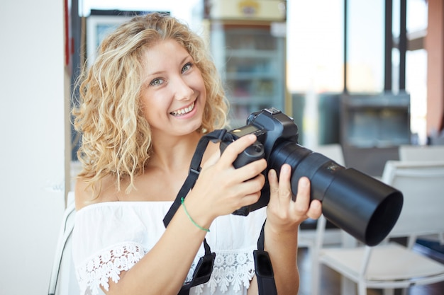 Vrouwelijke fotograaf die in stedelijke omgeving werkt Premium Foto