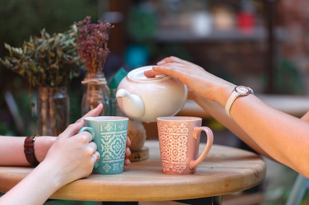 Vrouwelijke gietende thee in ochtendkoffie Premium Foto