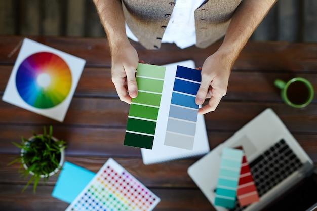 Vrouwelijke grafische ontwerper die pantonekleuren kiest Gratis Foto