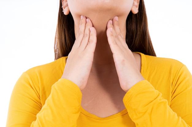 Vrouwelijke hand aanraken schildklierknobbeltje geïsoleerde witte achtergrond Premium Foto