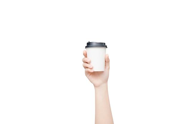 Vrouwelijke hand die een koffiedocument kop op wit houdt Premium Foto