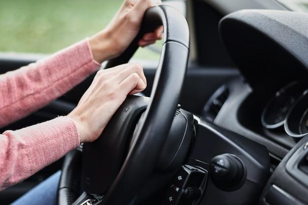 Vrouwelijke hand gedrukt claxon tijdens het rijden van de auto Premium Foto