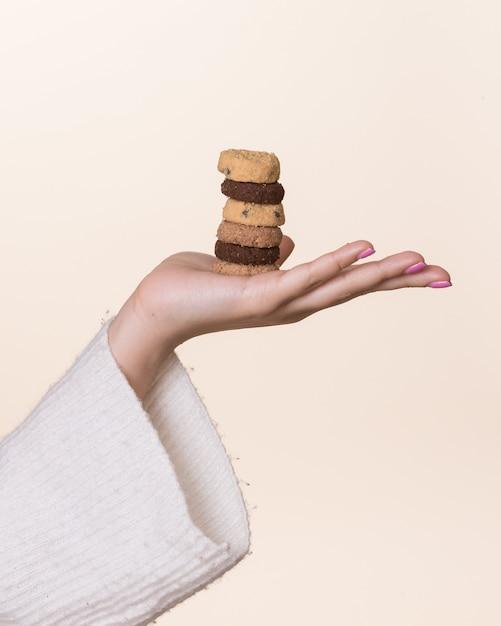 Vrouwelijke hand met cookies Gratis Foto