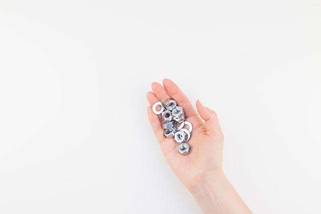 Vrouwelijke hand met noten Premium Foto