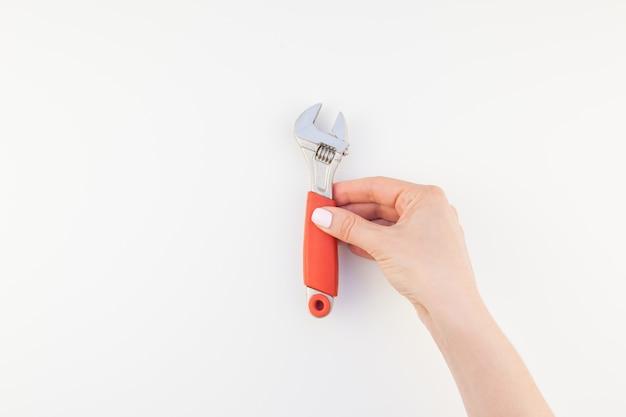 Vrouwelijke hand met sleutel Premium Foto