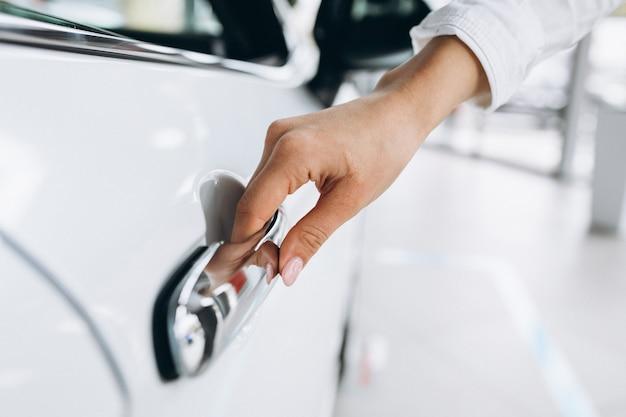 Vrouwelijke hand openingsauto dicht omhoog Gratis Foto