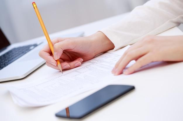 Vrouwelijke hand schrijven, close-up Premium Foto