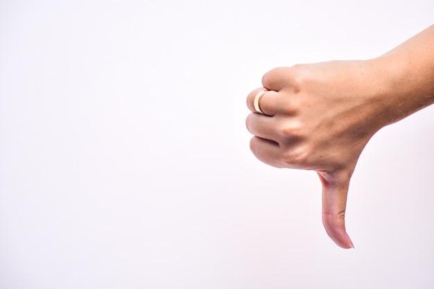 Vrouwelijke hand toont afkeer teken, duim naar beneden Premium Foto