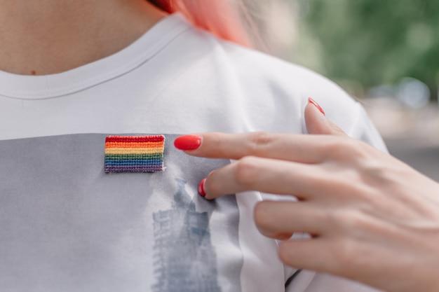 Vrouwelijke hand wijst naar lgbt-teken Premium Foto