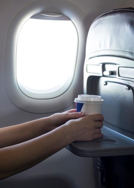 Vrouwelijke handen die een koffie houden Gratis Foto