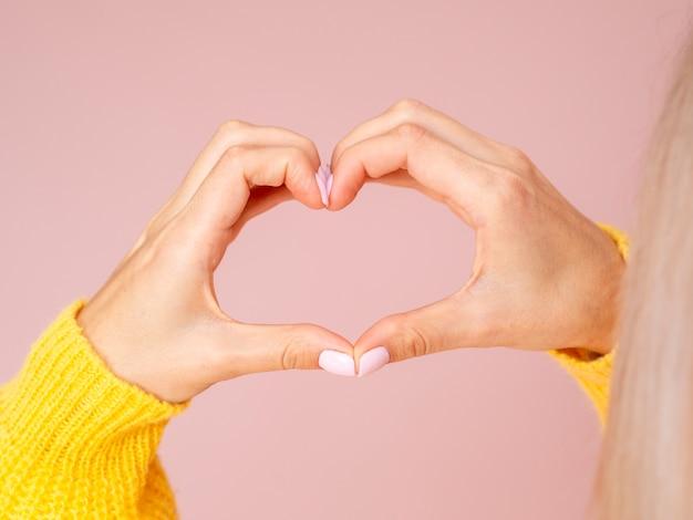 Vrouwelijke handen die hart gesturing Gratis Foto