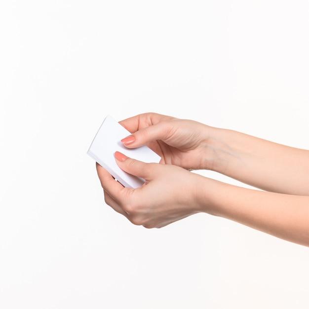 Vrouwelijke handen met blanco papier voor records Gratis Foto