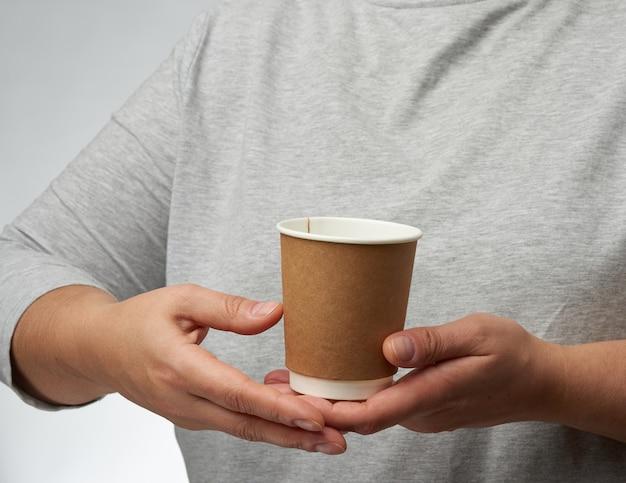 Vrouwelijke handen met wegwerp papercup voor koffie Premium Foto