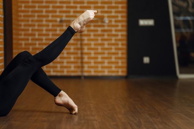 Vrouwelijke hedendaagse dansartiestbenen Premium Foto