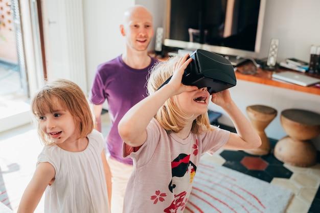 Vrouwelijke kinderen binnen gebruikende 3d kijker Premium Foto