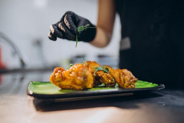 Vrouwelijke kok in de keuken in een café Gratis Foto