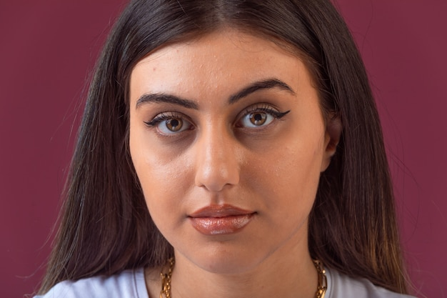 Vrouwelijke model fotosessie in zomer make-up, vooraanzicht. Gratis Foto