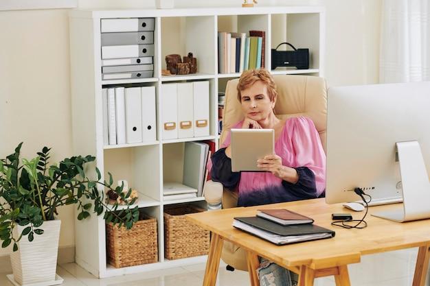 Vrouwelijke ondernemer kijken naar presentatie online Premium Foto