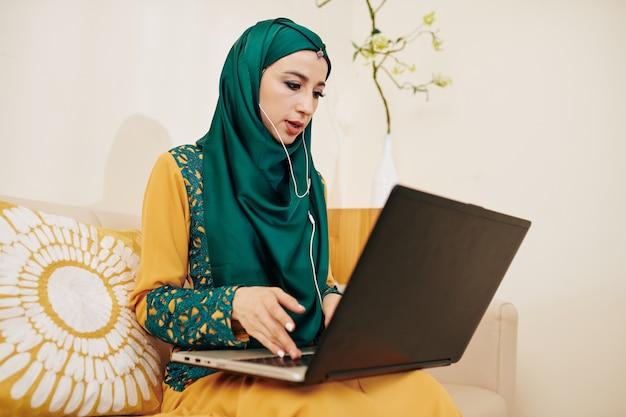 Vrouwelijke ondernemer videogesprek voeren Premium Foto