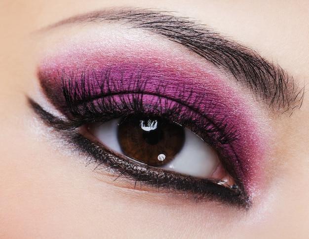 Vrouwelijke oog met paarse lichte make-up Gratis Foto