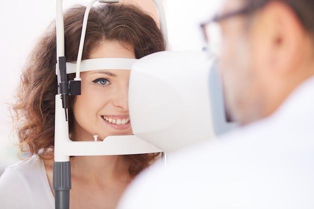 Vrouwelijke oogarts werken Premium Foto