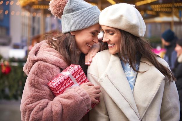 Vrouwelijke paar verliefd op kerstmarkt Gratis Foto
