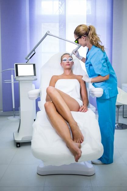 Vrouwelijke patiënt die de opheffende procedure van rf krijgt Gratis Foto