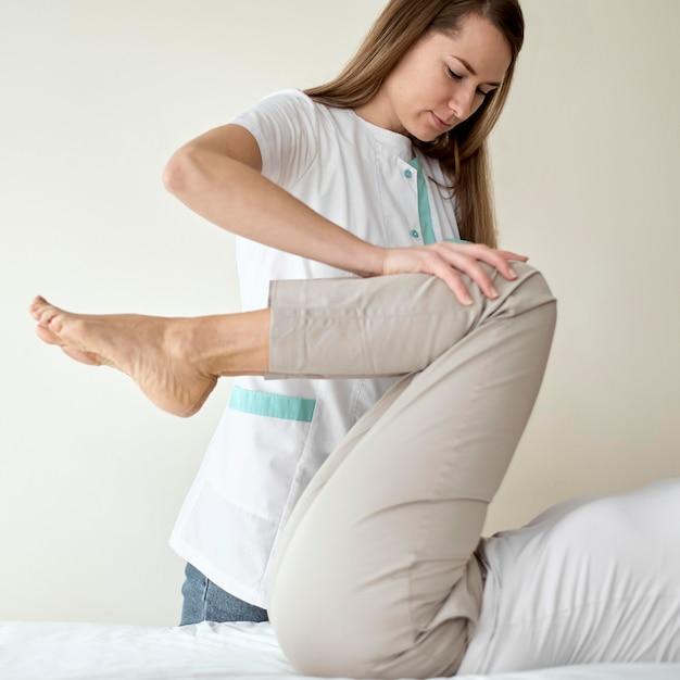 Vrouwelijke patiënt die fysiotherapie ondergaat Gratis Foto
