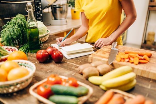Vrouwelijke persoon koken op de keuken, gezond biovoedsel. Premium Foto
