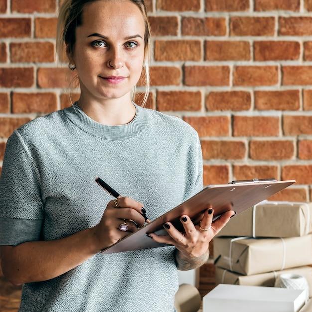 Vrouwelijke postbeambte Premium Foto