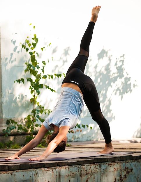 Vrouwelijke praktijk yoga oefening buitenshuis Premium Foto