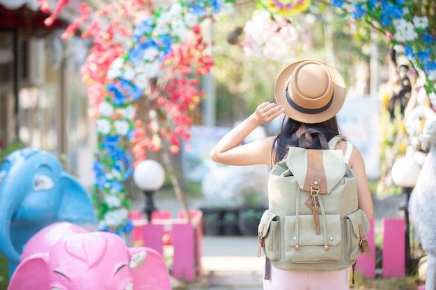 Vrouwelijke reizigers reizen gelukkig. Gratis Foto