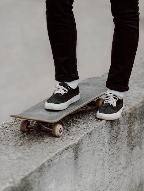 Vrouwelijke skater beoefenen van skateboarden buitenshuis Gratis Foto