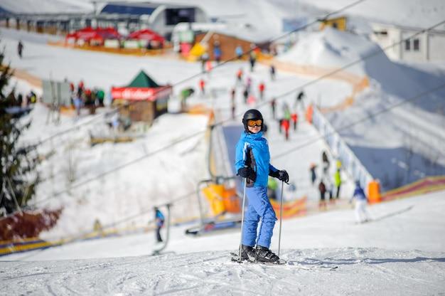 Vrouwelijke skiër op een skihelling op een zonnige dag Premium Foto