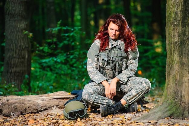 Vrouwelijke soldaat in het bos Premium Foto