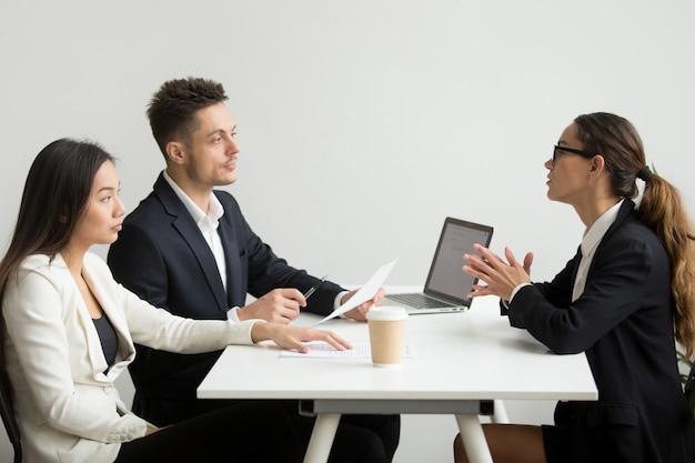 Vrouwelijke sollicitant geïnterviewd door hr-managers Gratis Foto