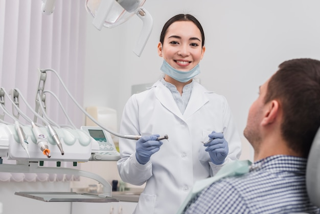 Vrouwelijke tandarts met patiënt Gratis Foto