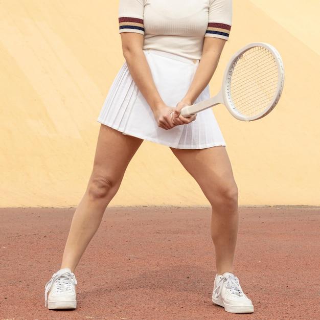 Vrouwelijke tennis speler bedrijf racket Gratis Foto
