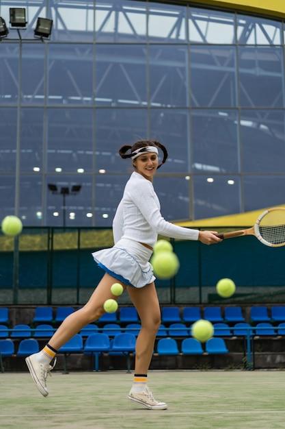 Vrouwelijke tennisspeler op groen hofgras Gratis Foto
